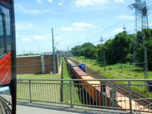 Foto zeigt einen langen Zug mit Containern