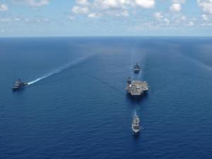 Dieses Bild zeigt Kriegsschiffe auf dem Meer