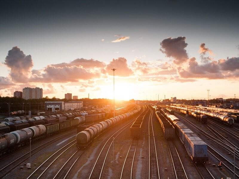 Bild Zeigt Züge im Güterbahnhof