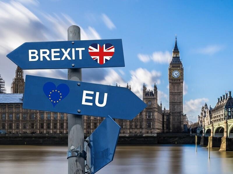 Foto zeigt den Big Ben mit EU sowie UK Flaggen in Herzform