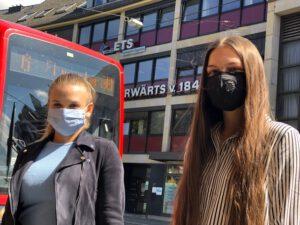 Foto zeigt zwei Personen mit Gesichtsschutz vor dem ETS Firmengebaeude